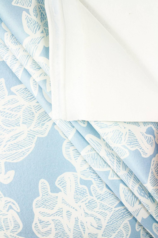 Gruby nurek z nadrukiem białe kwiaty na błękitnym tle 160cm 440g/m2
