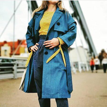 💙✨Jeans w roli głównej u @izabelasowaknapczyk Efekt wielu godzin pracy wzbudził w nas modowy zachwyt! • . . . #dziane #płaszczyk #jeans #szyjemywpolsce #szyjebolubie #moda #krawiectwo #pasja #diy #samauszyłam