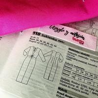 ✂😍👉 Dziana ekipo, do dzieła!  DO WYGRANIA 1⃣0⃣ EKOTOREB 👌 ➖ 👉 Umilcie sobie czas kwarantanny, szyjąc stylową i modną sukienkę z głębokim dekoltem i ozdobnym węzłem z magazynu Burda Style 3/2020 ➖ 👉 @burda_polska przygotowała instrukcję szycia krok po kroku, darmowy wykrój do pobrania oraz propozycje miękkich i wygodnych dzianin, które będą idealne do uszycia tego zmysłowego modelu. ➖ POWODZENIA!☺️👍 • . . . #dzianedzianiny #szyjemywpolsce #samauszyłam #sukienka #wykrój #krawcowa #dzianina #tkanina #burda #burdastyle #szyjebolubie #iglainitka #maszynadoszycia