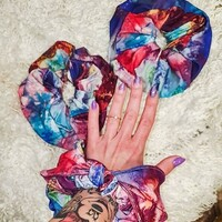💕Ten miły, kolorowy akcent uszyty przez @fiedlerak.styl, czyli gumki do włosów, wpadł nam dzisiaj w oko. Mała rzecz, a cieszy 🌸 • . . . #dziane #gumkidowłosów #akcesoriadowłosów #szycie #diy #dzianiny #tkaniny #szyjebolubie #uszyjtosam #kreatywność #więcchodźpomalujmójświat #tatoo #flowers🌸#flowerpattern